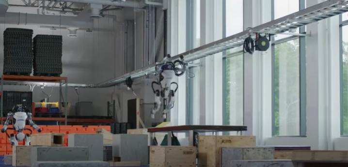 I robot umanoidi si superano nelle acrobazie del parkour